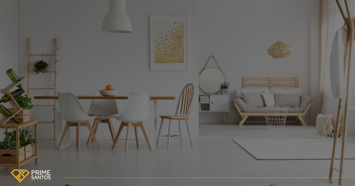 Seu imóvel em Santos, a um clique! Na imagem consta uma sala de jantar e estar em tons claros com móveis de madeira